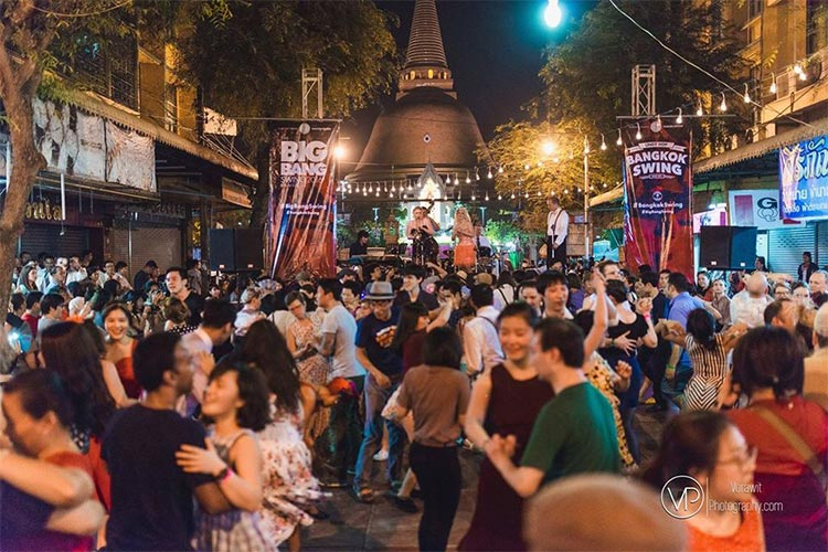 swing dancing at phra pathom chedi